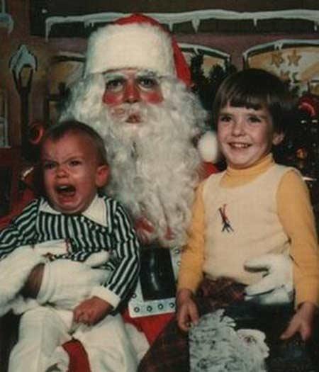 Às vezes, o que faz a alegria do irmão mais velho é ver o o irmão mais novo surtar com um Papai Noel tão cheio de blush que parece ter pego escarlatina