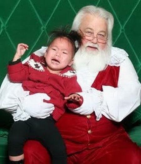 Pior é quando o Papai Noel quer manter a criança no seu colo. Dá a impressão de que ele pegou a japonesinha como refém, não dá?
