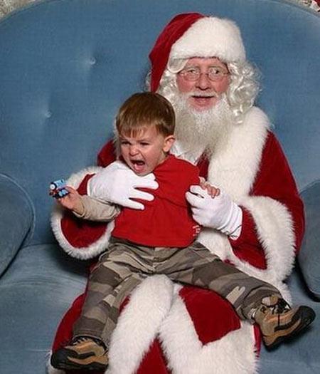 - Me solta, Papai Noel! Meus irmãos estão roubando os MEUS presentes!