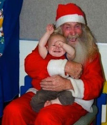 Tem Papai Noel que, quando abraça uma criança, parece estar abraçando sua próxima refeição