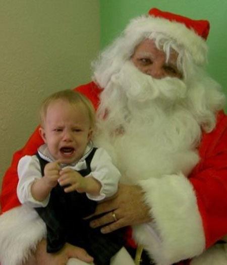 A criança pode ser a mais corajosa de todas, mas quem tem chance contra um Papai Noel que parece um zumbi?