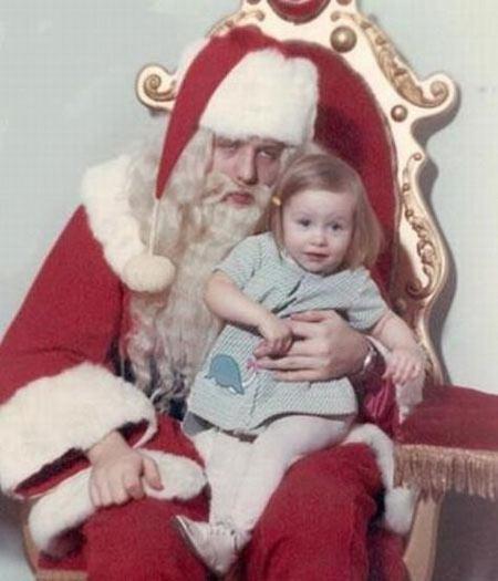 O Papai Noel estava tão encachaçado que nem percebeu que a menina fez xixi no colo dele
