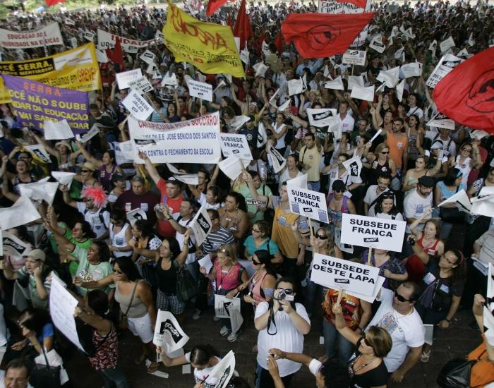 Professores tomam o vão do Masp, na avenida Paulista