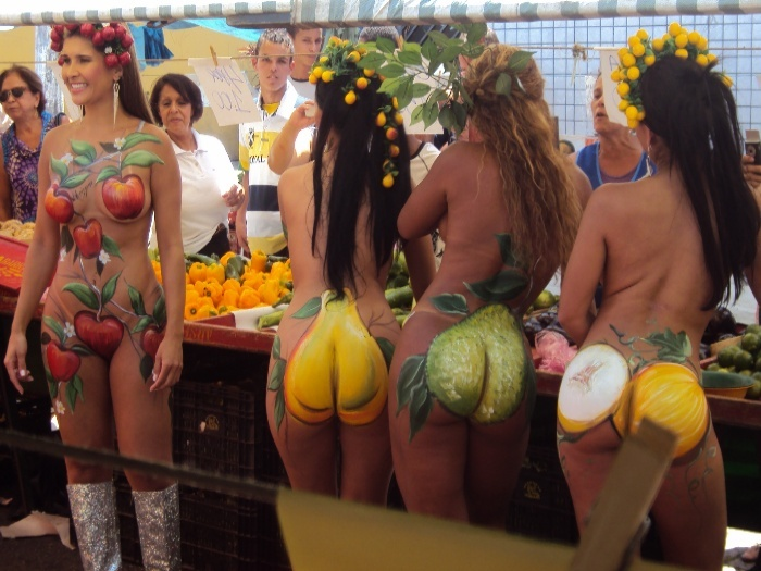 Mulheres-fruta desfilam por feira quase nuas, apenas com corpos
