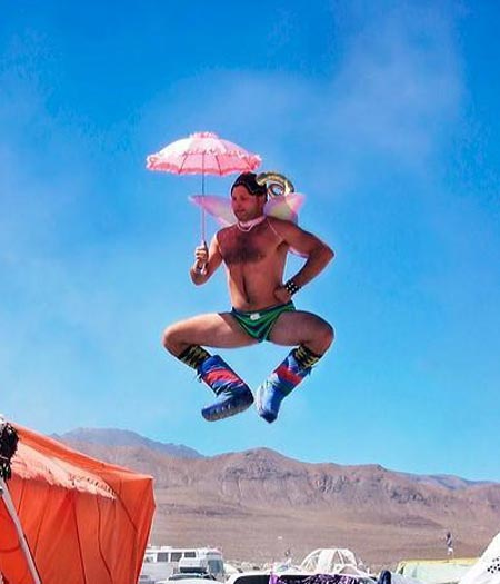 Esse suijeito foi a um churrasquinho no deserto, numa festinha entre amigos, com esse modelito descontraído. Em ocasiões informais e ensolaradas, você pode...