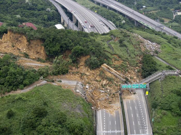 Deslizamento soterra carros em importante estrada de taiwan internacional r7 - Enorme terras ...
