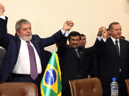 Mahmoud Ahmadinejad (centro) e o primeiro-ministro da Turquia, Recep Tayyip Erdogan,