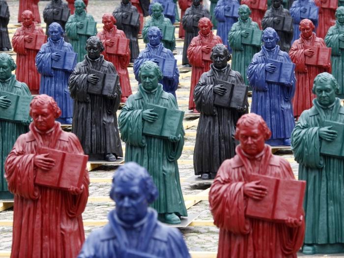 Resultado de imagem para Estátuas de Martinho Lutero de instalação do artista Ottmar Hoerl em praça em Wittenberg, cidade ao Leste da Alemanha,