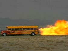 Ônibus escolar a jato atinge os 590 km/h