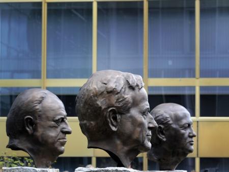 Esq. para dir.: bustos do ex-chanceler da alemanha helmut kohl, do ex
