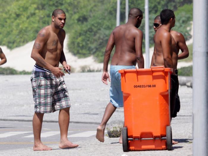 Adriano si rilassa in spiagga a Rio
