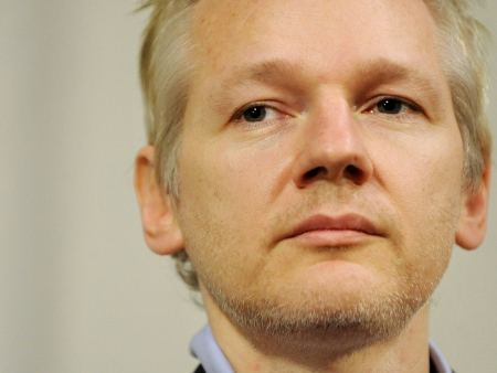 Fundador do WikiLeaks se disfarçou de mulher para fugir da CIA, diz livro