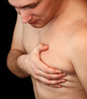 Conspirações em aumento em um peito feminino