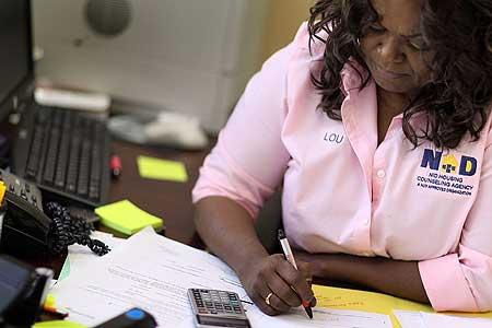 Renovação contrato aluguel mulher calculadora 450 x 338