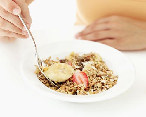 Consuma mais fibras: elas estão presentes em cereais integrais, legumes, verduras e frutas, ajudam a saciar a fome, ativam o funcionamento do organismo e r...