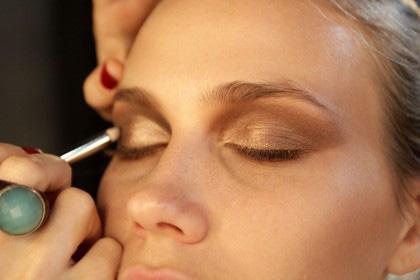 O dourado também é boa opção, principalmente para o verão, quando a maquiagem é mais bronzeada. Apenas pegue leve com o brilho. Para o dia-a-dia, prefira s...