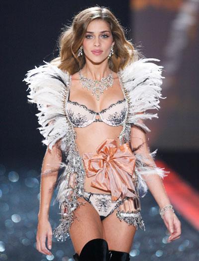 Modelo brasileira Ana Beatriz Barros desfila durante o show da grife Victoria's Secret, em Nova York (EUA)