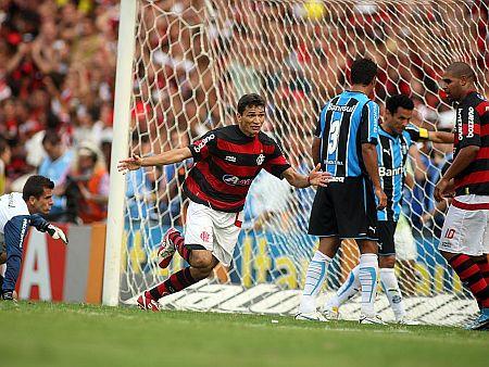 http://i1.r7.com/data/files/2C92/94A4/2560/805C/0125/6B03/C226/044A/ronaldo-angelim-gol-flamengo-450-071209.jpg