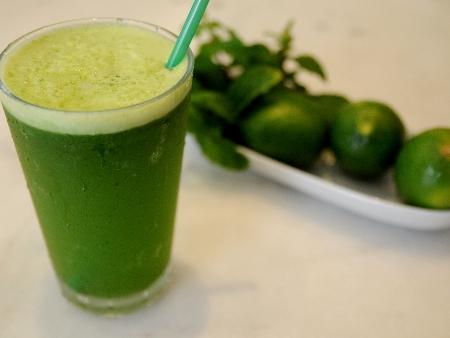 Suco de couve, limão e hortelã é alternativa refrescante para o verão