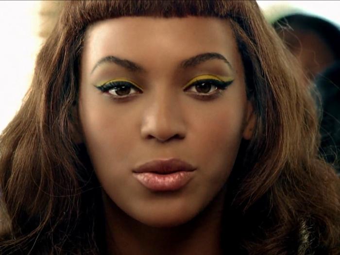 Beyoncé nesta cena parece uma boneca de porcelana. Pele aveludada - com base leve e fluida e pó mineral - e olhos perfeitamente maquiados, de novo com o tr...