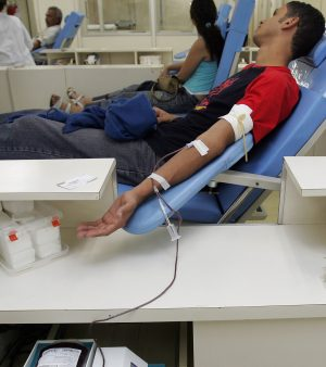 Jovem doa sangue