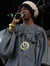 Lauryn Hill usa vestido de Herchcovitch em show