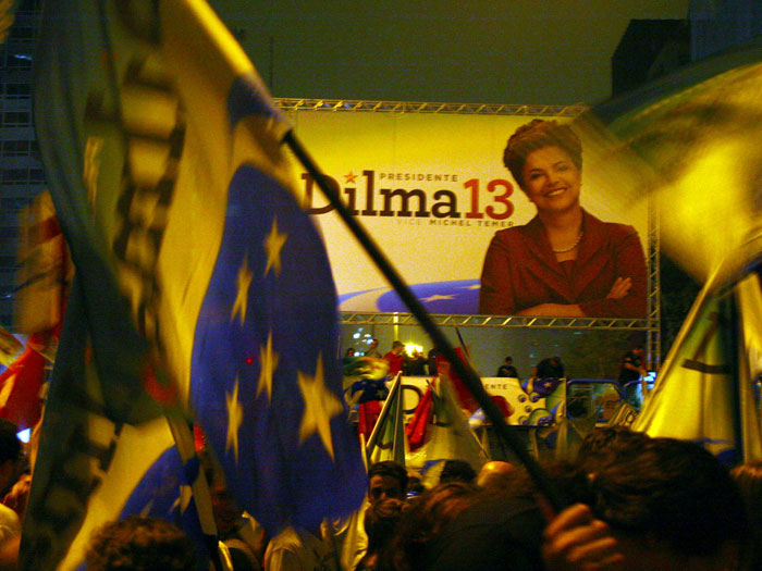 http://i1.r7.com/data/files/2C92/94A4/2BF1/9BE7/012C/04E6/45D7/148D/Dilma-vitoria-2-g.jpg