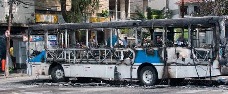 Bandidos põem fogo em ônibus na Tijuca