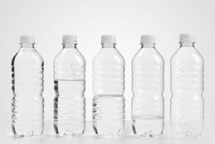É preciso manter a hidratação corporal, pois as reações metabólicas ocorrem no nosso organismo em meio aquoso. Por isso, a ingestão de líquidos, em especia...