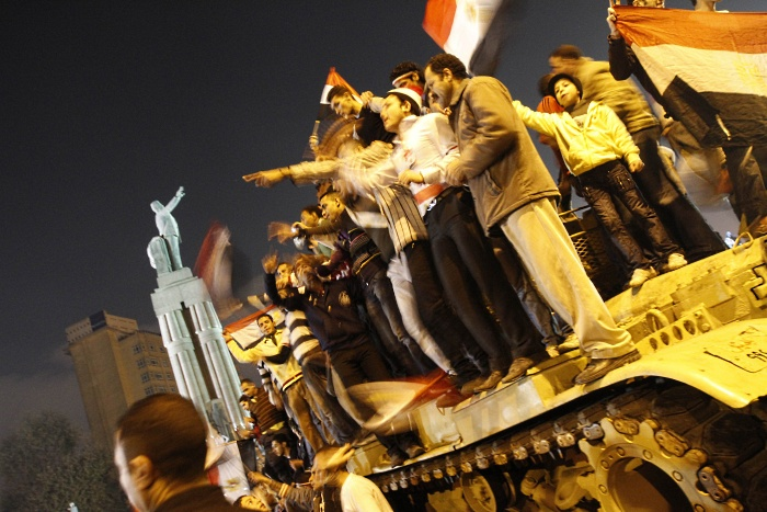 egito manifestantes tanque