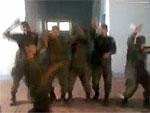 Soldados dançam hino ao som de funk; veja