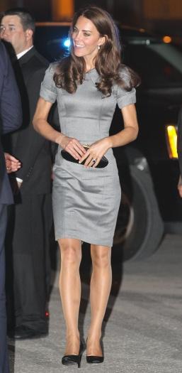 """Durante o sábado (2), Kate Middleton não dispensou a meia-calça cor da pele. A peça, motivo de críticas por ser """"brega"""" e estar fora de moda, podevirar fe..."""
