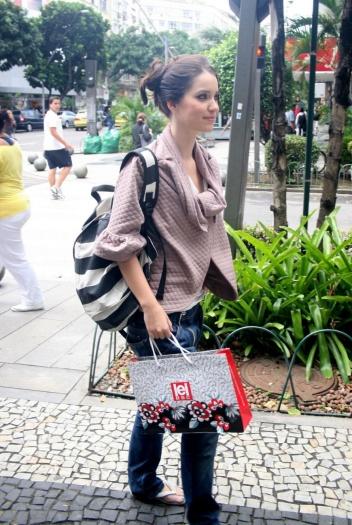 A atriz Nathalia Dill prendeu os fios deixando o coque com estilo desleixado; versão perfeita para o dia a dia