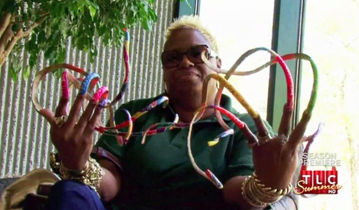 """""""Filha"""" de Zé do Caixão quer cravar as unhas na fama: há mais de 22 anos sem cortar as unhas, ela quer estabelecer um novo recorde. Leia mais"""