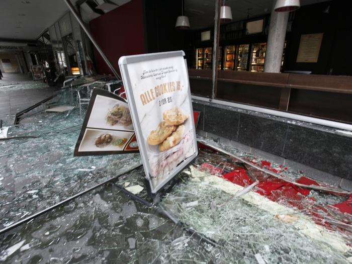 Imagem mostra fachada de café destruída pela explosão que atingiu o centro de Oslo, na Noruega, nesta sexta-feira (22). Ao menos sete pessoas morreram no l...