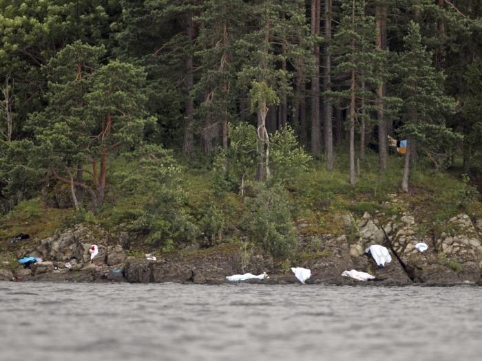 Imagem mostra corpos cobertos por lençóis às margens da ilha Utoeya, na Noruega, onde 84 pessoas morreram. Outras sete pessoas foram mortas em ataque a bom...
