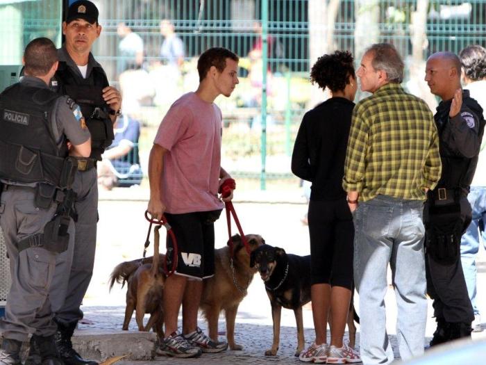 Na tarde desta quinta-feira (11), o cão vira-lata da atriz Sheron Menezes (de costas na foto acima) mordeu o idoso de camisa xadrez. O incidente aconteceu...