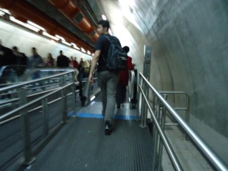 Jovem precisa andar em esteira parada na estação Paulista da linha 4-Amarela do Metrô de São Paulo