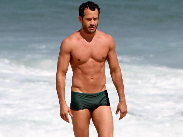 ator Malvino Salvador exibe sua boa forma em banho de mar na praia