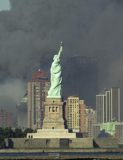 Ondas de fumaça encobriram o céu do cartão postal mais famoso dos Estados Unidos, a Estátua da Liberdade. Do mirante do ponto turístico era possível ver os...