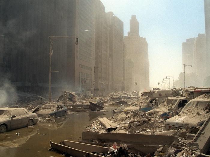 Um cenário de devastação tomou conta de uma grande parte de Nova York. Na foto, ruas alagadas, construções destruídas e carros cobertos de fuligem