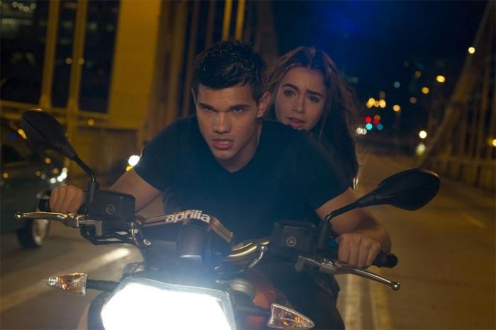 Taylor Lautner, o famoso lobisomem da Saga Crepúsculo, volta a ganhar destaque nos cinemas com o filme Sem Saída. Seu personagem, Nathan, descobre que toda...
