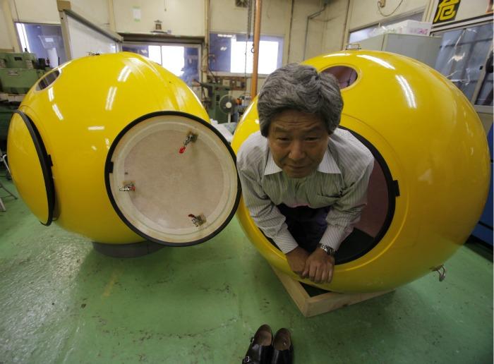 Shoji Tanaka, presidente da Cosmo Power, exibe nesta sexta-feira (30) um abrigo esférico contra tsunamis e terremotos. O abrigo é chamado Noé (em referênci...