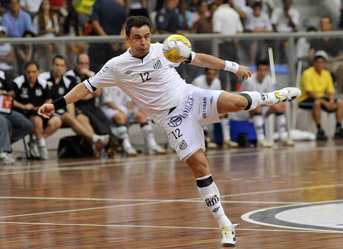 falcao semi liga futsal 700x 101111 ivan storti divsantosfc Futsal superstar Falcao spotted kicking an official up the backside