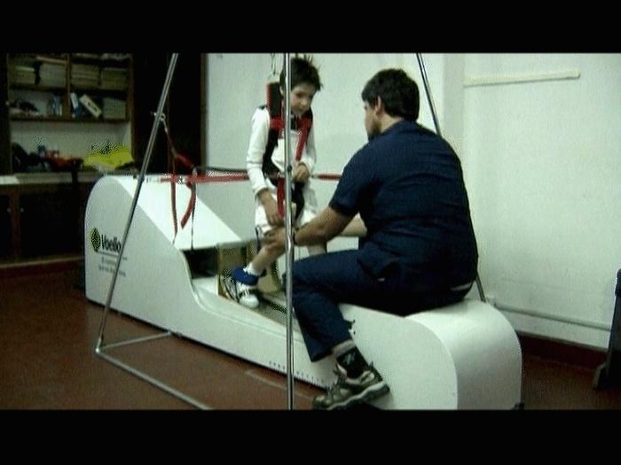 Menino de sete anos aprende a andar com máquina criada pelo pai Menino-aparelho-tl