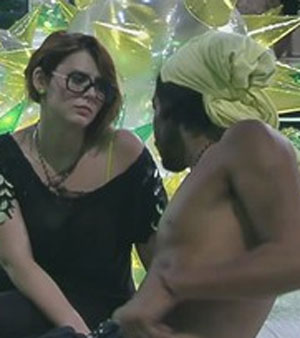 Daniel conversa com Mayara