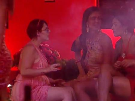 "Monique conta para Mayara e Laisa: ""Eu sei que o tá rolando comigo lá fora"""