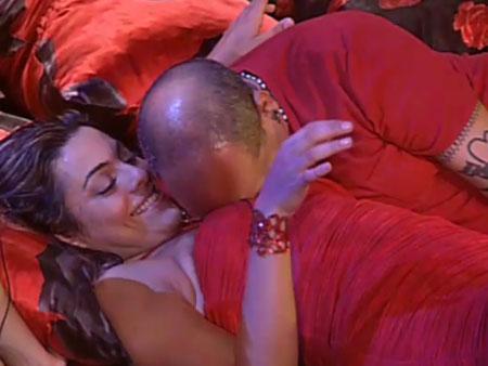 João Carvalho coloca o rosto entre os seios de Monique