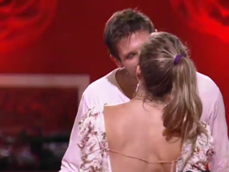 Jonas leva tombo e depois beija Renata