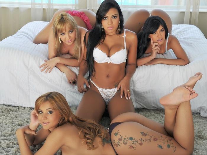 Mariana (morena, ao centro) e as integrantes do grupo sensual de funk